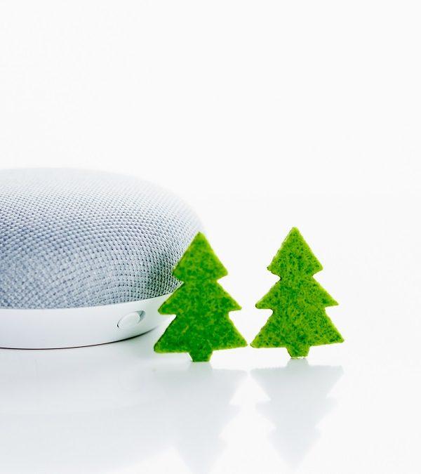 Home Smart Home, grüne Tannenbäume neben einem Sprachassistenten